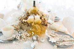 Ajuste de la tabla de la Navidad con las decoraciones tradicionales del día de fiesta Imagen de archivo