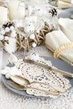 Ajuste de la tabla de la Navidad con las decoraciones tradicionales del día de fiesta Fotos de archivo libres de regalías