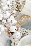 Ajuste de la tabla de la Navidad con las decoraciones tradicionales del día de fiesta Fotos de archivo