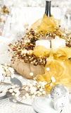 Ajuste de la tabla de la Navidad con las decoraciones tradicionales del día de fiesta Fotografía de archivo libre de regalías