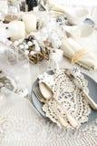 Ajuste de la tabla de la Navidad con las decoraciones tradicionales del día de fiesta Imagenes de archivo