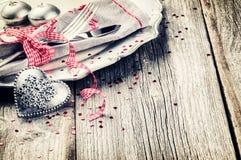 Ajuste de la tabla de la tarjeta del día de San Valentín del St con el corazón decorativo Foto de archivo