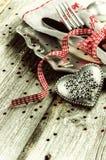 Ajuste de la tabla de la tarjeta del día de San Valentín del St con el corazón decorativo fotos de archivo libres de regalías