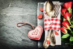 Ajuste de la tabla de la tarjeta del día de San Valentín del St con las rosas rojas y el corazón decorativo fotos de archivo