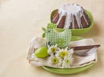 Ajuste de la tabla de Pascua con el pollo y las flores Imagen de archivo
