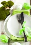 Ajuste de la tabla de Pascua con la decoración del conejito de la hierba Fotos de archivo