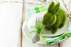 Ajuste de la tabla de Pascua con la decoración verde del conejito Imagen de archivo libre de regalías