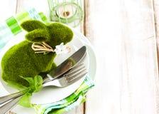 Ajuste de la tabla de Pascua con la decoración verde del conejito Imagenes de archivo