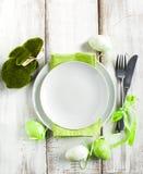 Ajuste de la tabla de Pascua con la decoración verde del conejito Fotografía de archivo libre de regalías