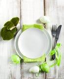 Ajuste de la tabla de Pascua con la decoración del conejito de la hierba Imagenes de archivo