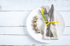 Ajuste de la tabla de Pascua con las flores, los huevos y los cubiertos de la primavera Imágenes de archivo libres de regalías