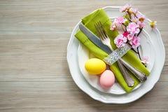 Ajuste de la tabla de Pascua con las flores y los cubiertos de la primavera Foto de archivo libre de regalías
