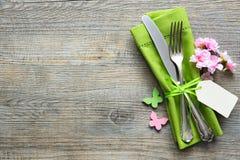 Ajuste de la tabla de Pascua con las flores y los cubiertos de la primavera Imagenes de archivo