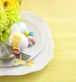 Ajuste de la tabla de Pascua con las flores y los huevos Fotografía de archivo