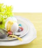 Ajuste de la tabla de Pascua con las flores y los huevos Foto de archivo libre de regalías