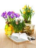 Ajuste de la tabla de Pascua con las flores y los huevos de la primavera Imagen de archivo libre de regalías