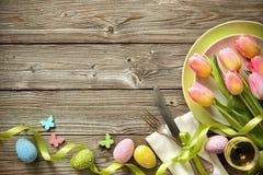 Ajuste de la tabla de Pascua con los tulipanes y los cubiertos de la primavera imagen de archivo libre de regalías