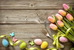 Ajuste de la tabla de Pascua con los tulipanes y los cubiertos de la primavera fotografía de archivo libre de regalías