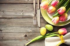 Ajuste de la tabla de Pascua con los tulipanes y los cubiertos de la primavera foto de archivo libre de regalías