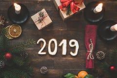 Ajuste de la tabla del Año Nuevo o de la Navidad con 2019 letras fotografía de archivo