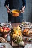 Ajuste de la tabla del otoño con las calabazas Cena de la acción de gracias y decoración de la caída Imagen de archivo