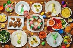 Ajuste de la tabla del plato principal de Pascua de la primavera Imagen de archivo libre de regalías