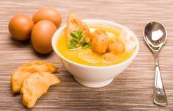Ajuste de la tabla del primer con la porción de la sopa tradicional y de los huevos del fanesca que trabajan como decoración Fotografía de archivo