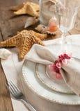 Ajuste de la tabla del verano adornado con la cáscara de las estrellas de mar y del mar Fotografía de archivo