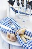 Ajuste de la tabla del verano en el estilo marino, adornado con las cáscaras y Fotografía de archivo libre de regalías