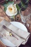Ajuste de la tabla del vintage con las decoraciones florales Fotografía de archivo libre de regalías