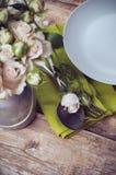 Ajuste de la tabla del vintage con las flores color de rosa Fotografía de archivo libre de regalías