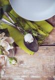 Ajuste de la tabla del vintage con las flores color de rosa Foto de archivo libre de regalías