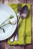 Ajuste de la tabla del vintage con las flores color de rosa Imagen de archivo libre de regalías