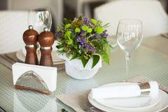 Ajuste de la tabla en el interior del restaurante, desaturado Fotos de archivo libres de regalías