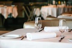 Ajuste de la tabla en el restaurante Imagenes de archivo