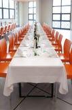 Ajuste de la tabla en la recepción nupcial Foto de archivo libre de regalías
