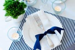 Ajuste de la tabla en tonos de los azules marinos Fotografía de archivo