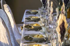 Ajuste de la tabla en un restaurante elegante Imágenes de archivo libres de regalías