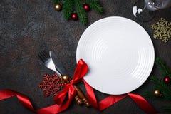 Ajuste de la tabla de la Navidad con las decoraciones de la Navidad Imagenes de archivo