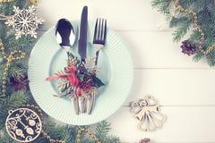 Ajuste de la tabla de la Navidad en el fondo de madera blanco Fotografía de archivo