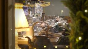 Ajuste de la tabla de la Navidad en el restaurante almacen de video