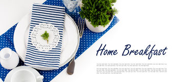 Ajuste de la tabla para el desayuno en tonos de los azules marinos Foto de archivo