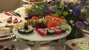 Ajuste de la tabla para un banquete Sushi metrajes