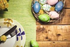 Ajuste de la tabla de Pascua con las flores de la primavera fotografía de archivo libre de regalías