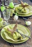 Ajuste de la tabla de Pascua Decoraciones del día de fiesta Fotografía de archivo