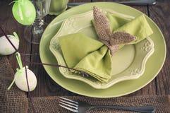 Ajuste de la tabla de Pascua Decoraciones del día de fiesta Imagen de archivo