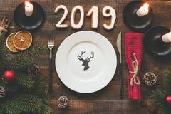 Ajuste de la tabla por la Navidad o el Año Nuevo 2019 imágenes de archivo libres de regalías