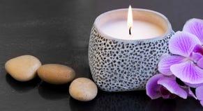 Ajuste de la vela del balneario con las piedras del masaje Imagen de archivo
