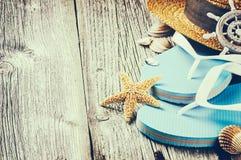 Ajuste de las vacaciones de verano con chancletas y el sombrero de paja Foto de archivo libre de regalías
