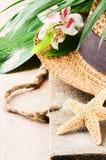 Ajuste de las vacaciones de verano con el sombrero de paja Fotos de archivo